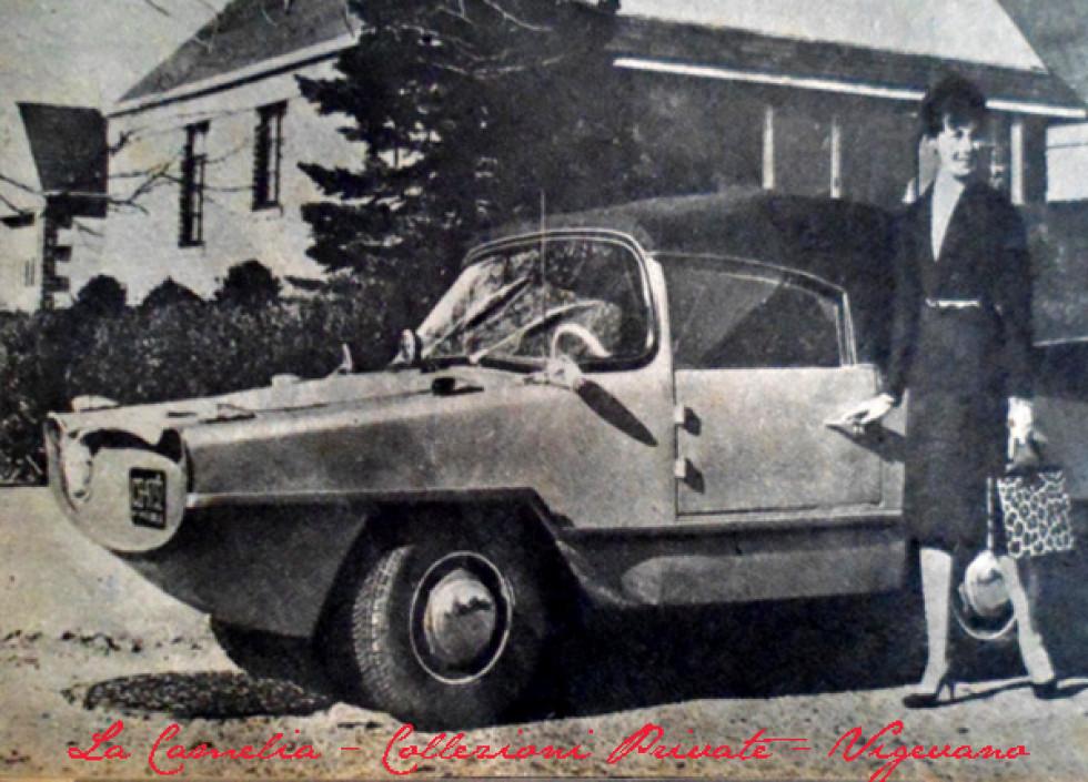 Donne e automobili che portano i figli a scuola